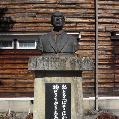 金子貞二先生の像